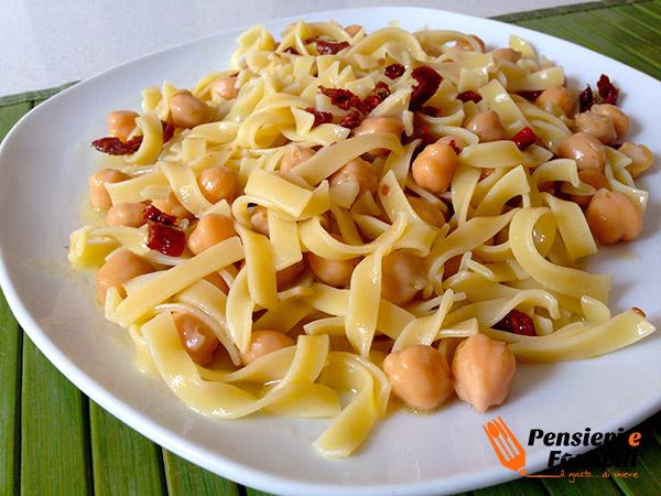 Piatto di pasta aglio olio e ceci foto finale