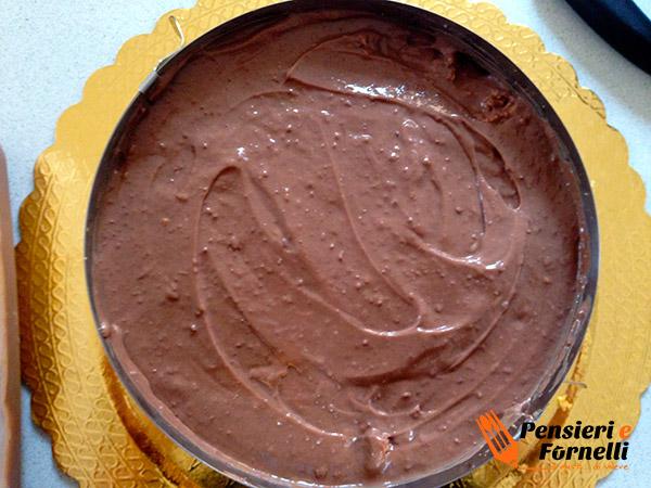 La torta rocher ricoperta di cremoso al cioccolato fondente.