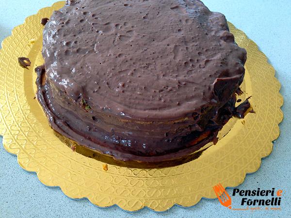 La torta Rocher sformata dopo il riposo e guarnita con il cremoso.
