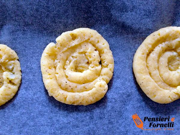 Cestini di patate duchessa con crudo e formaggio
