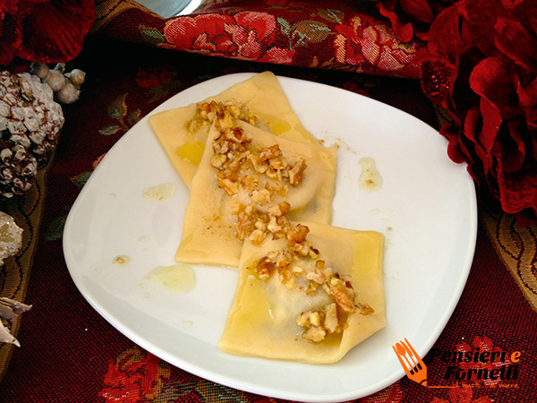 Ravioli gorgonzola e radicchio in salsa di noci