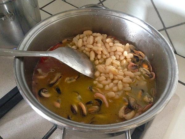 Zuppetta di cozze, seppie e fagioli