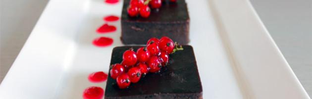 Delizia al cioccolato con coulis di ribes