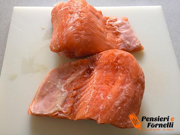 tranci di salmone scottato al sesamo e cruditè di finocchi