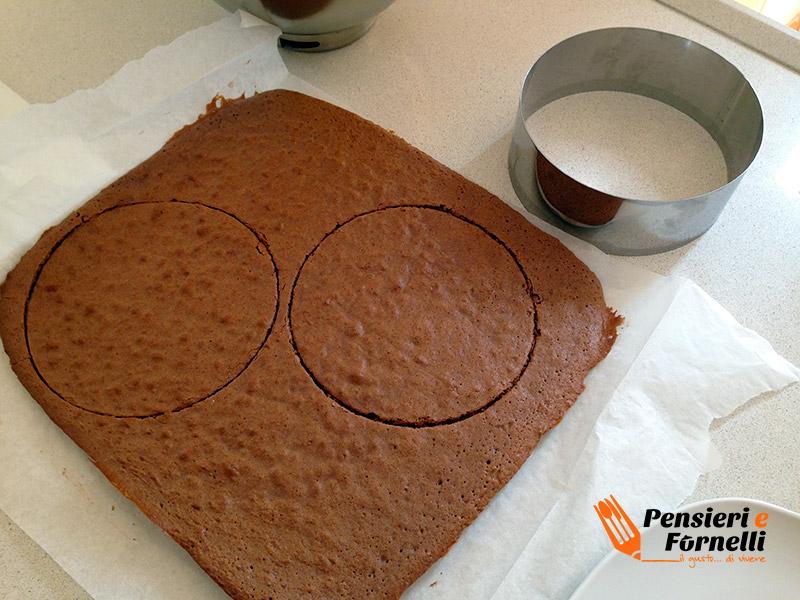 Pan di spagna della fetta al latte tagliato con un anello da cucina