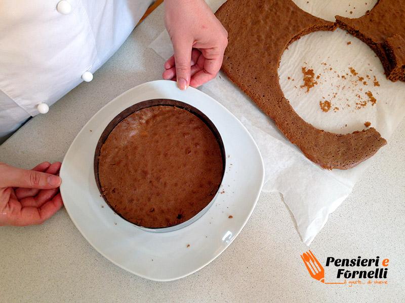 Il secondo strato di biscuit chiude la torta fetta al latte