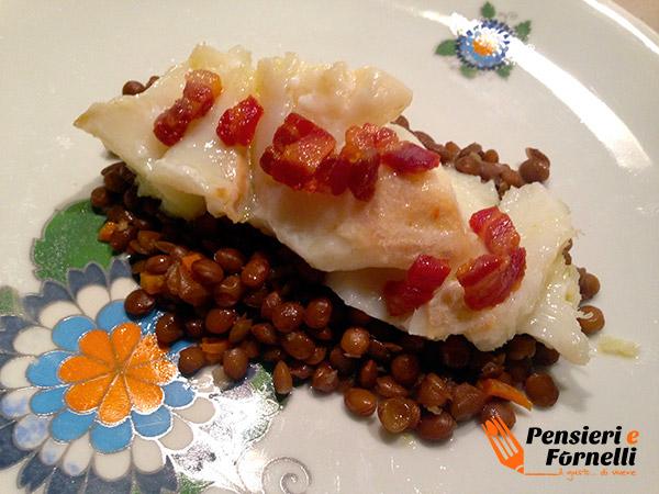 Il baccalà in oliocottura con lenticchie pronto per essere gustato