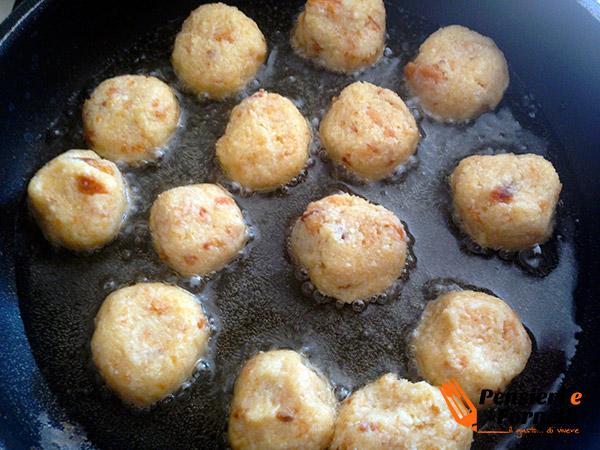 Minestra di scarole con fagioli e polpettine di pane
