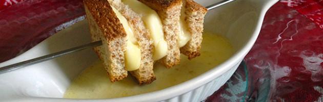 Ricetta natalizia - Spiedini di pan carré e provolone con salsa alle acciughe