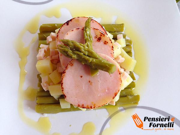 Zattera di asparagi con petto di tacchino e patatine al profumo di limone