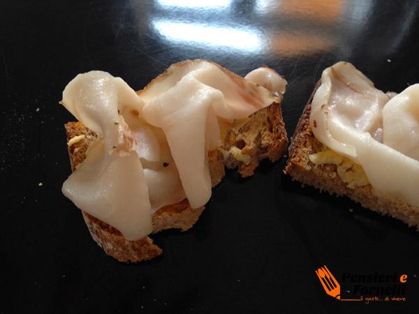 Crostini con lardo di colonnata e limone