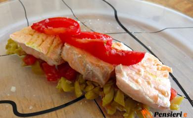 Salmone al vapore con pesto di olive verdi e pomodoro